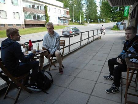 Tässä Tino, Onni, ja Eetu nauttivat kahvilan tuotteita ja tuumaavat, että kyllä näilä nälkä lähtee!