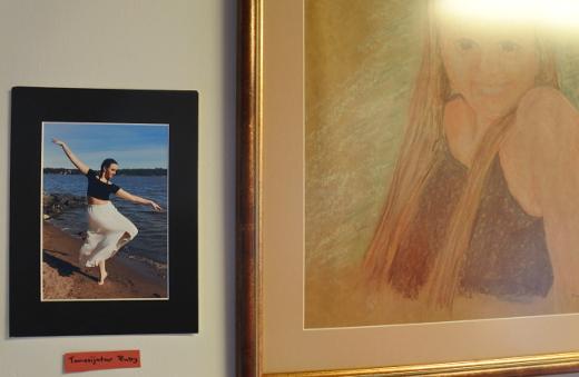 Yksi taiteilijoista on hänen sisarensa Maija Fabritius, joma sekä valokuvaa että maalaa. Näissä kuvissa mallina Fabritiuksen tyttärentytär Ruby.