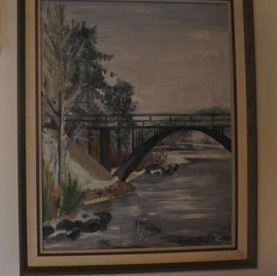 Sivellin tietää tehtävänsä myös talon emännän kädessä. Sirkka-Liisa Vaalivirran varhaistuotantoa on kuva Jokelan sillasta Valkealassa.