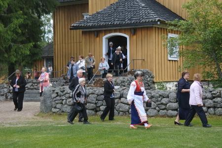 Seuraavaksi kirkosta poistui seurakunta - kirkkokahveille.