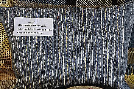 Sokean töitä on tyynynpäällinen, jonka Hietamies tekimiehensä muistoadressien nauhoista.