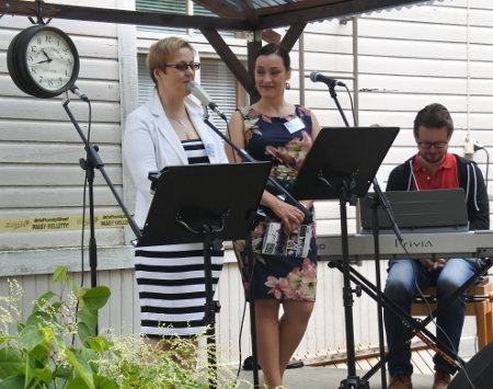 Toriyleisölle lauloivat myös juhlien toiminnanjohtaja, sopraano Eija Räisänen (vas.) ja taiteellinen johtaja, mezzosopraano Niina Keitel.