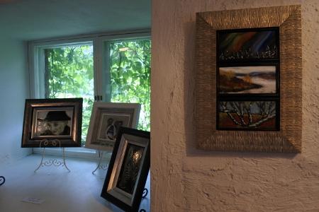 Kesäkahvila on tunnelmallinen paikka näyttelylle, mutta hämärä valaistus ei anna täyttä oikeutta maalauksille.