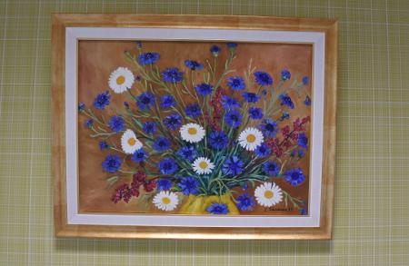 Lemiläinen Irja Väisänen on ripustanut yläkerran yhteen huoneeseen kukkamaalauksiaan. Ne ovat nähtävillä heinäkuun loppuun saakka.