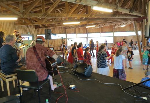 Vimma Allstars -yhtye vauhditti huutokatrillin opettelijoita.