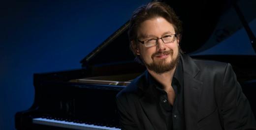 Lemiläisille hyvin tuttu pianisti Jukka Nykänen esiintyy avajaiskonsertissa.
