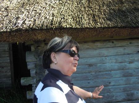 Käsmun kalastajakylässä on jäljellä vanhoja kaislakattosia vajoja. Kattoa ihailemassa Pirjo Nykänen.