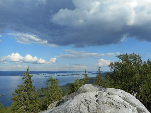 Uhkaava sadepilvikin näyttää peilaavan Pieliseen rauhallisena ja uhkean sinisenä.
