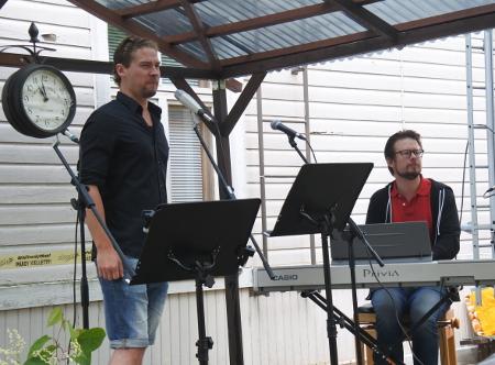 Baritoni Kristian Lindroos lauloi torilla tangoa.