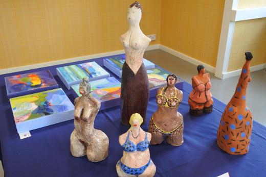 Leena Sjöholmilta näyttelyssä on sekä maalauksia että pienoisveistoksia.