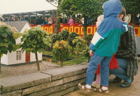 Vuonna 1987 kylä näytti tältä. Edellisen kuvan sormella osoittava aikuinen on tässä pieni punamekkoinen tyttö veljensä ja isänsä välissä.