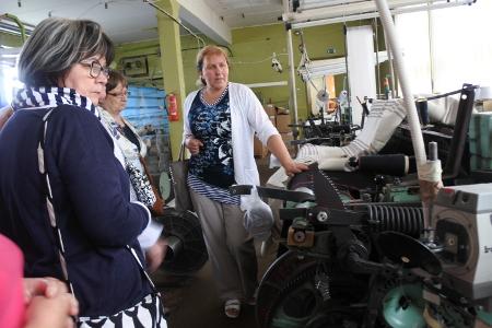 Retken oppaana toiminut Eve Kaasik (oik.) vei matkalaiset ensimmäiseksi Rakveren liepeillä toimivaan pellavatehtaaseen.