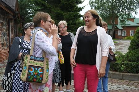Eve Kaask sai retkellä mukana olleelta kirkkoherra Lea Karhiselta (oik.) tarkennusta tietoihinsa Jumalan Äidistä.