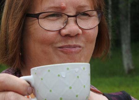 Liisa Haiko siemaisi suullisen parantavaa vettä luostarin lähellä olevasta lähteestä.