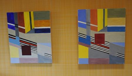 Markku Lukka maalaa paljon geometrisiä muotoja. Näille töille keltainen ruututapetti käy hyvin taustaksi.