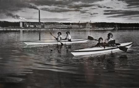 Taikalyhty esittelee myös Peltomaan kotialbumin kuvia. Melontakuvan taustalla Kaukopään tehdas.