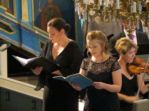 Niina Keitel (vas.) ja Suvi Väyrynen kuuluivat konsertin solistijoukkoon.