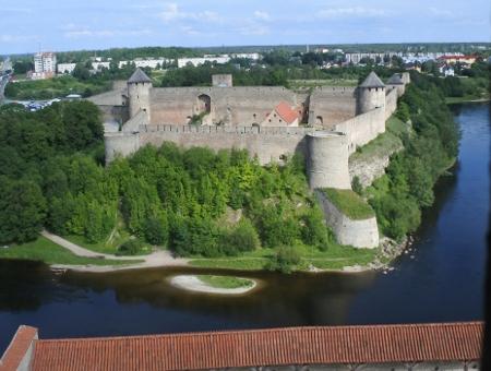 Narvan linnan tornista avautuu näkymä itäiseen naapuriin.