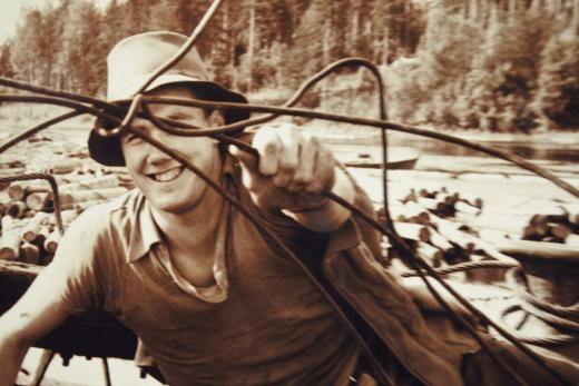 Mukana näyttelyssä on myös kuva Peltomaasta itsestään tukkilauttojen riisujana.