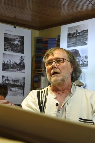Hannu Peltomaa toi Lemille laajan kokoelman historiallisia, joita hän on ottanut talteen Valokuvaamo Imatran negatiiveiltä.