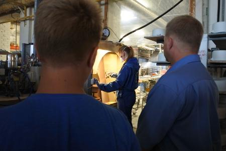 Prismoissa myydään myös virolaista keramiikkaa, jonka valmistukseen tutustuttiin ensi töiksi tiistaiaamuna. Kuvassa selin retkibussin kuljettaja Markku Rapi ja hänen poikansa Sami.
