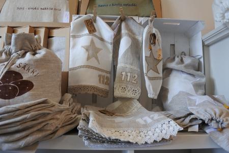 Pappilan alakerrassa toimivat kahvio ja käsityöläisten puoti. Puodista voi ostaa vaikkapa Ritva Laurikaisen ompeleman pellavaisen suojan sammutuspeitteelle.