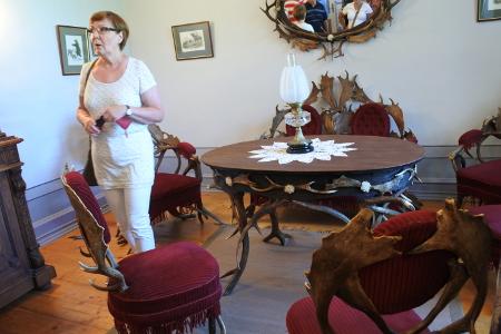 Yksi kartanon huoneista on kalustettu hirvensarvista tehdyillä huonekaluilla. Kuvassa Airi Peutere.