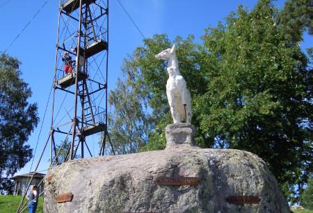 Kaurispatsas ja vartiotorni vartioivat venesatamaa Vergissä.