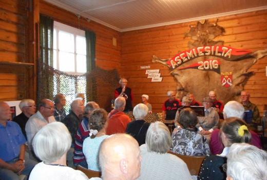 Yleisö oli ottanut hyvin kutsun vastaan, sillä tupa oli niin täysi, että esiintyjät tuskin enää mahtuivat mukaan!