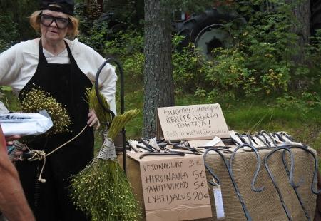 Käsitöitä oli moneen lähtöön. Eija Vakkila myi takorautaa - muun muassa vetonauloja ja tahtipuikkoja.