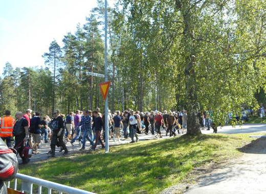 Kun katsojat ylittivät ajotietä paremmille paikoille, näytti että Mannerheimintien suojatiellä tässä ollaan.