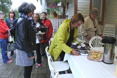 Vierailuun kuuluivat tietenkin kahvit. Anneli Lattu asetteli pöytään kahvikuppeja, Irma Hietamiehen itsensä maalaamia. Pirjo Nykänen kaatoi kahvia, ja pöytään asettumista odottivat nyt virkaa tekevä Lemin Esko Leena Uski (vas.), Leena Halme, Riitta Järvinen ja Raija Buuri.