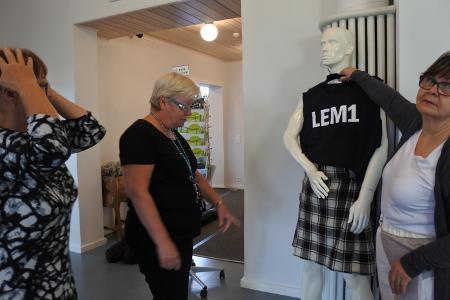 Lemi on kulkenut yhtyeen matkassa koko ajan. Kunnan nimellä ja vaakunalla varustettua paitaa ja Lemin vaipasta ommeltua kilttiä mallinuken päälle sovittivat vaipan kutoja Ritva Laurikainen (vas.), Siru Liljander ja Pirjo Nykänen.