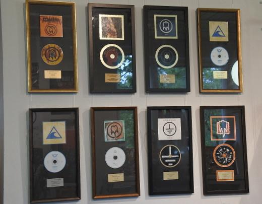 Kulta- ja platinalevyt kertovat yhtyeen menestyksestä.