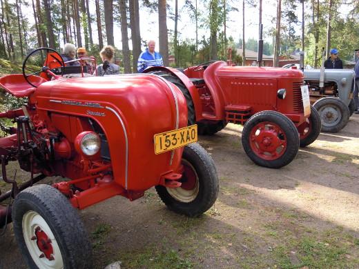 Vanhat traktorit vartioivat tänäkin vuonna markkina-aluetta ja kääntävät katseet.