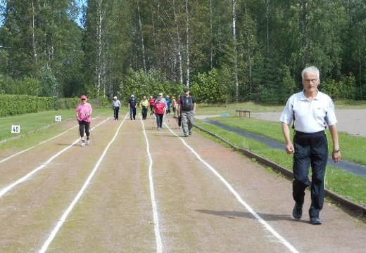 """Savitaipaleen eläkeläiset kiersivät """"maapallon ympäri"""" urheilukentällä."""