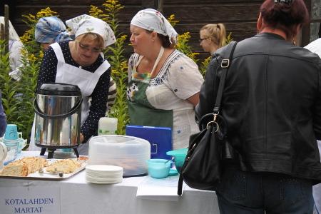Markkinaväen ei tarvinnut olla hetkeäkään nälissään. Siitä pitivät huolen lukuisat ruokapisteet. Tuula Konttinen (vas.) ja Tuija Topra-Karppanen hoitivat Kotalahden marttojen kahvipistettä.