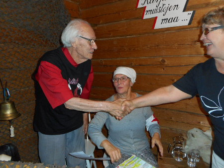 Ohjelman jälkeen monet kävivät kädestä pitäen kiittämässä Matti J. Rautiota.