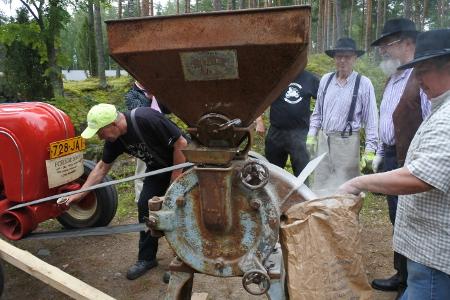 Rasvanäppien osasto puksuttavine koneineen tarjosi paljon nähtävää. Porrsche pyöritti myllyä, joka jauhoi rukiin jyvät jauhoiksi.