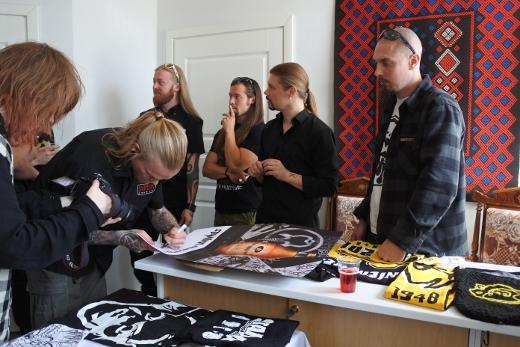 Juhlanäyttelyn avajaisissa perjantaina saivat Teppo Velin (oik.), Emil Lähteenmäki, Pekka Olkkonen, Antti Hyyrynen ja Kai-Pekka Kangasmäki jakaa nimikirjoituksen jos toisenkin.