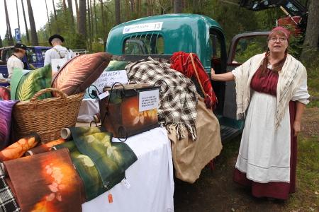 Ritva Laurikaisella oli käsitöilleen myyntivaunu omasta takaa.