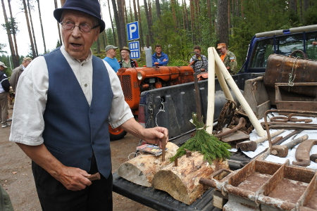 Vilho Kärmeniemi esitteli työkaluja, joilla syntyy vaikkapa navetan kivijalka.