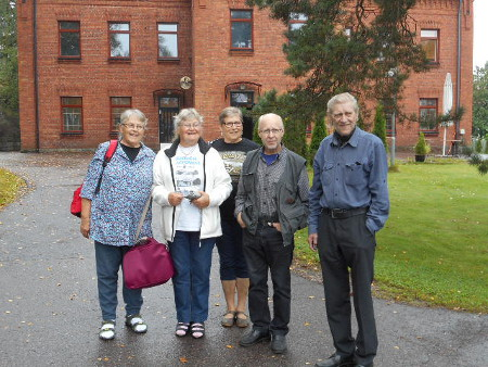 Tässä kuvassa olemme kerhon pihalla, vain yksi puuttuu tästä kuvasta. Vasemmalta Maija, allekirjoittanut Savitaipaleelta, takana Hilkka Vaalivirta Ruotsista, Matti Vaalivirta Kaipiaisista, ja Pekka Vaalivirta Savonlinnasta.