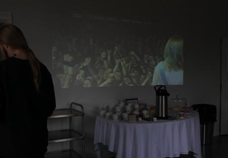 Näyttelyssä Stam1na näkyy ja kuuluu kahvion puolella esittävillä videoilla.