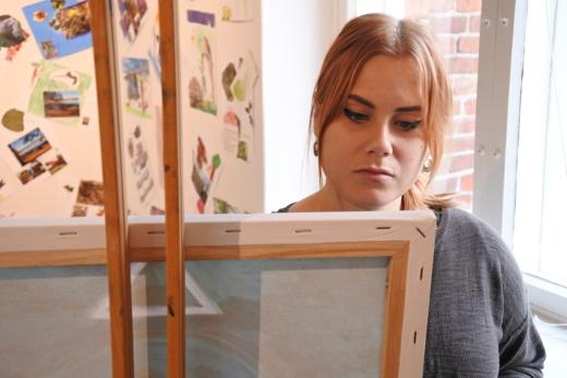 Amanda Aalto tuli torstaina pappilaan maalaustelineen kanssa. Hän maalaa näyttely-yleisön silmien alla myös tänään perjantaina.