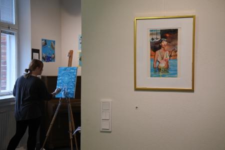 Amanda Aallon työt ovat esillä eteisessä ja kulmahuoneessa. Taiteilija asetti maalaustelineensä salin ikkunan eteen.