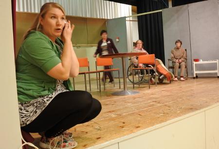 Näytelmässä on mukana myös nuoria. Jenni Nikku on ensimmäistä kertaa Tapiolan näyttämöllä.