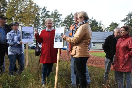 Kari Haiko, Pirjo Nykänen, Eeva Arvela, Arto Sipilä, Eija Räisänen, Kari Pettinen ja Eija Sinkko mallasivat keskiviikkona kylttejä paikalle, jonne laululava rakennetaan.