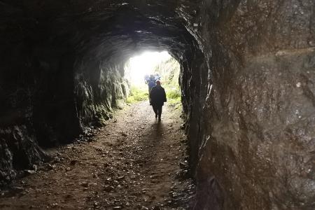 Rutolan miehistöluola on ainoa valmiiksi rakennettu Salpalinjan luolista. Luolaan johtaa tunneli, jonka aukosta sen aikaiset kuorma-autot mahtuivat kulkemaan.