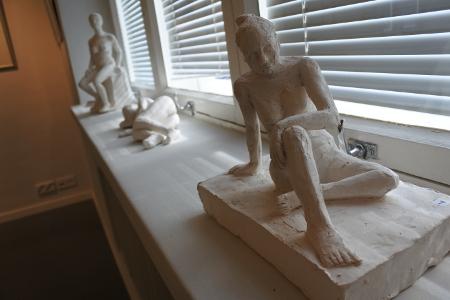 Valkosaviveistokset ovat löytäneet paikkansa pappilan ikkunalaudoilta.